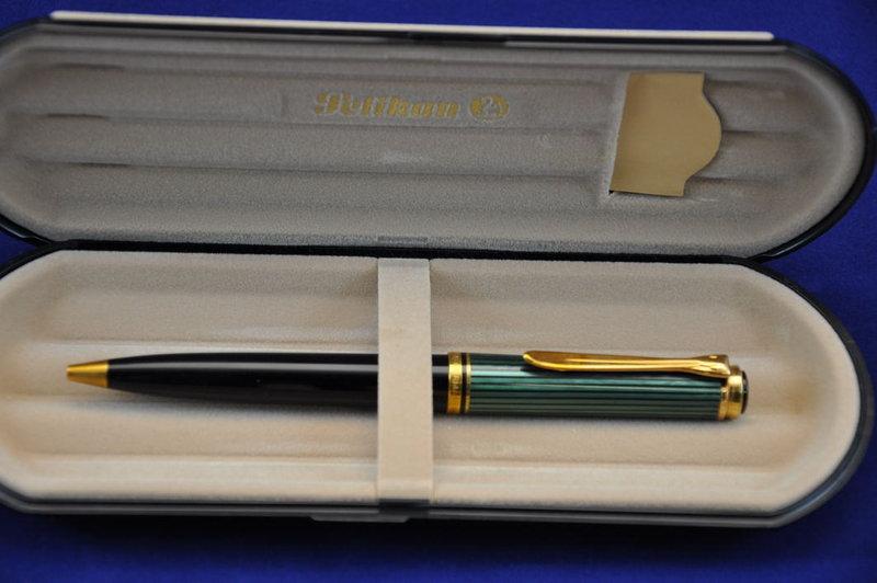 PELIKAN Kugelschreiber Souverän K800 schwarz-grün