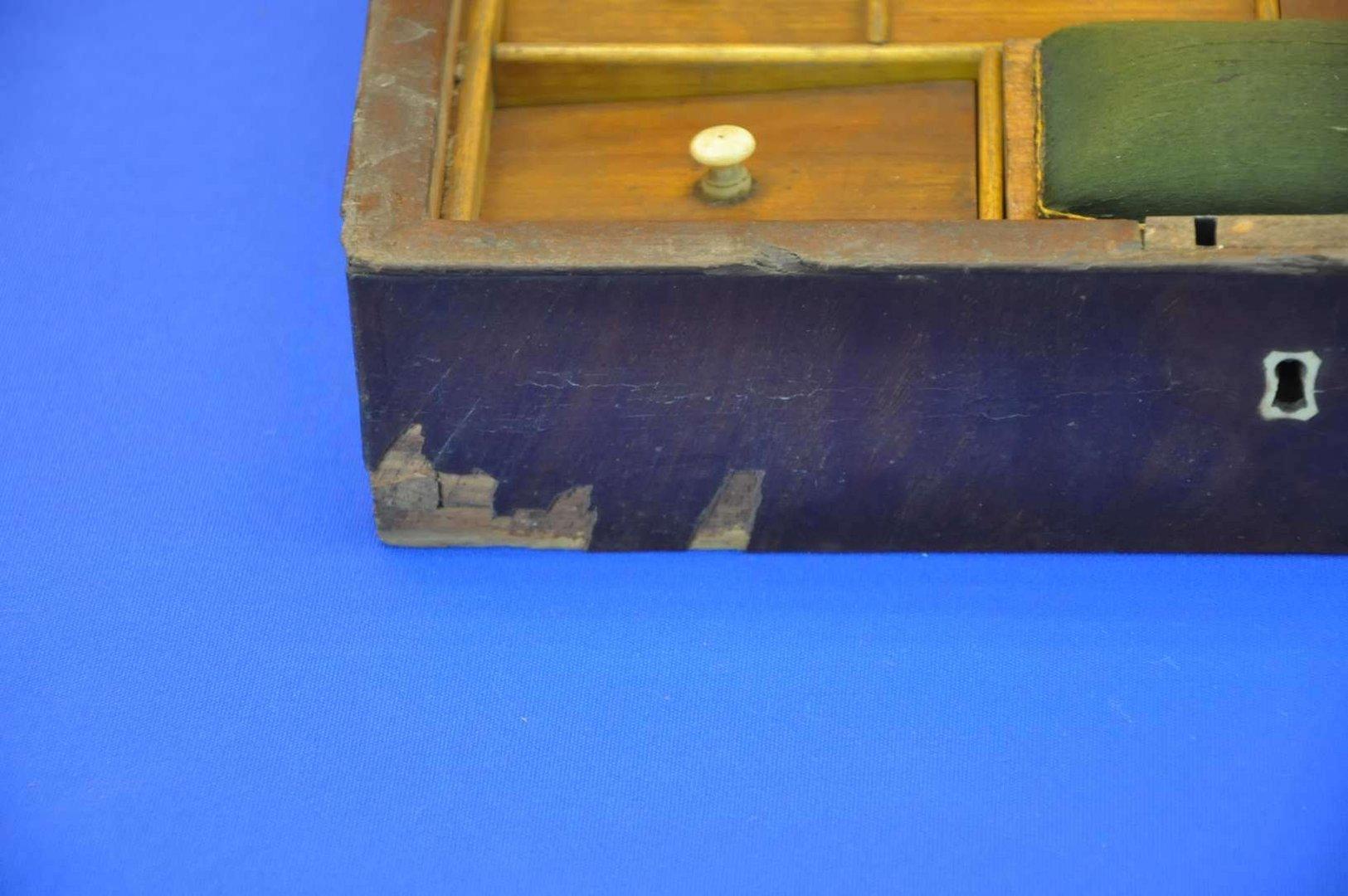 biedermeier n hkasten mit kn pfen um 1840 1870 bei shop kusera. Black Bedroom Furniture Sets. Home Design Ideas