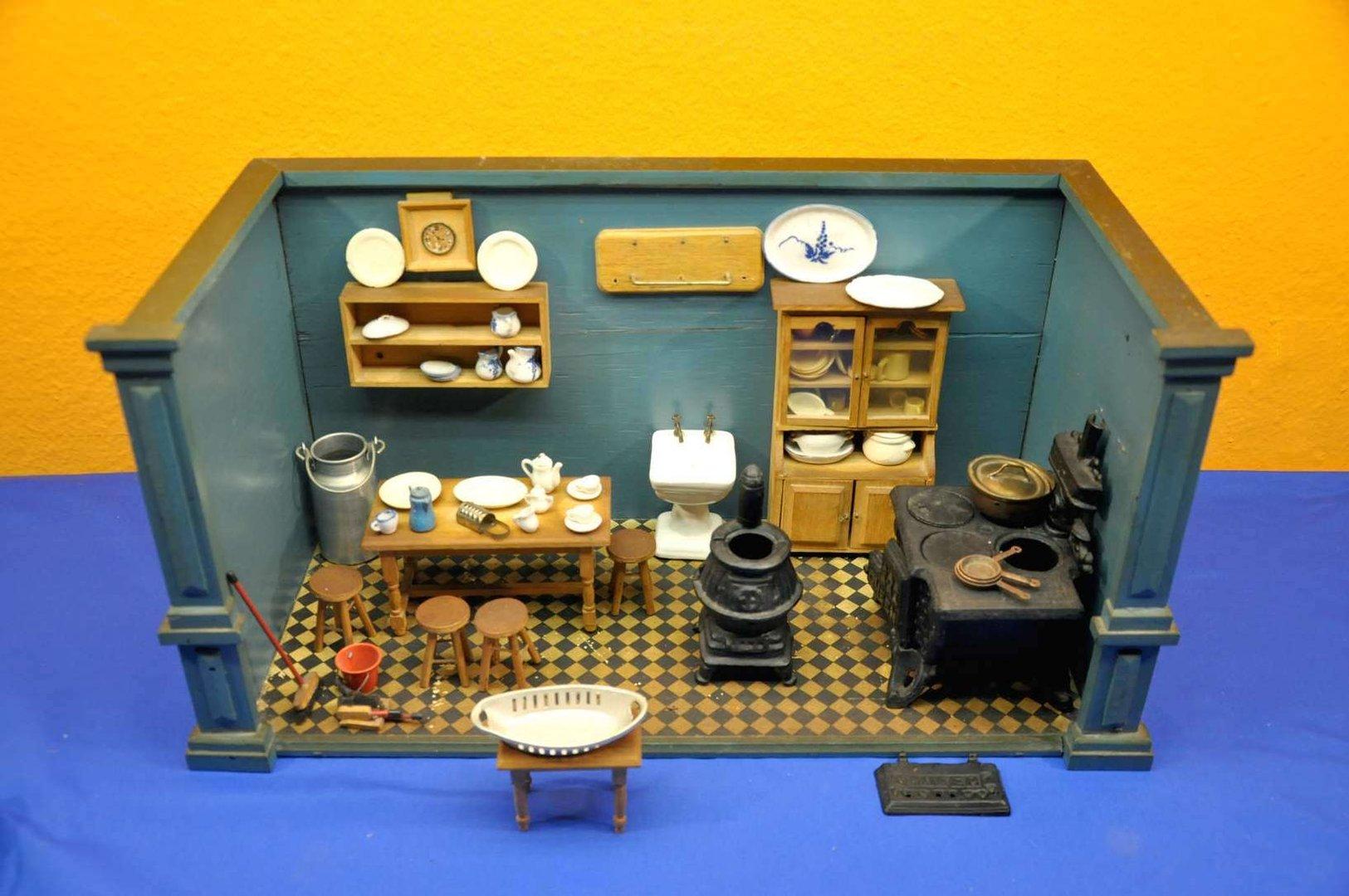 vintage puppenstube k che mit herd und zubeh r bei kusera. Black Bedroom Furniture Sets. Home Design Ideas