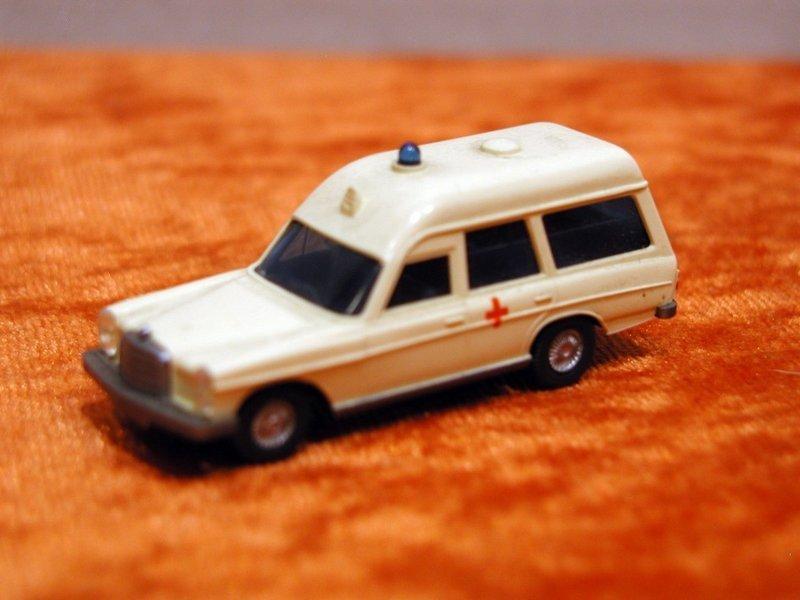 Wiking  144//6    Mercedes-Benz  C 200 Limousine schwefelgelb