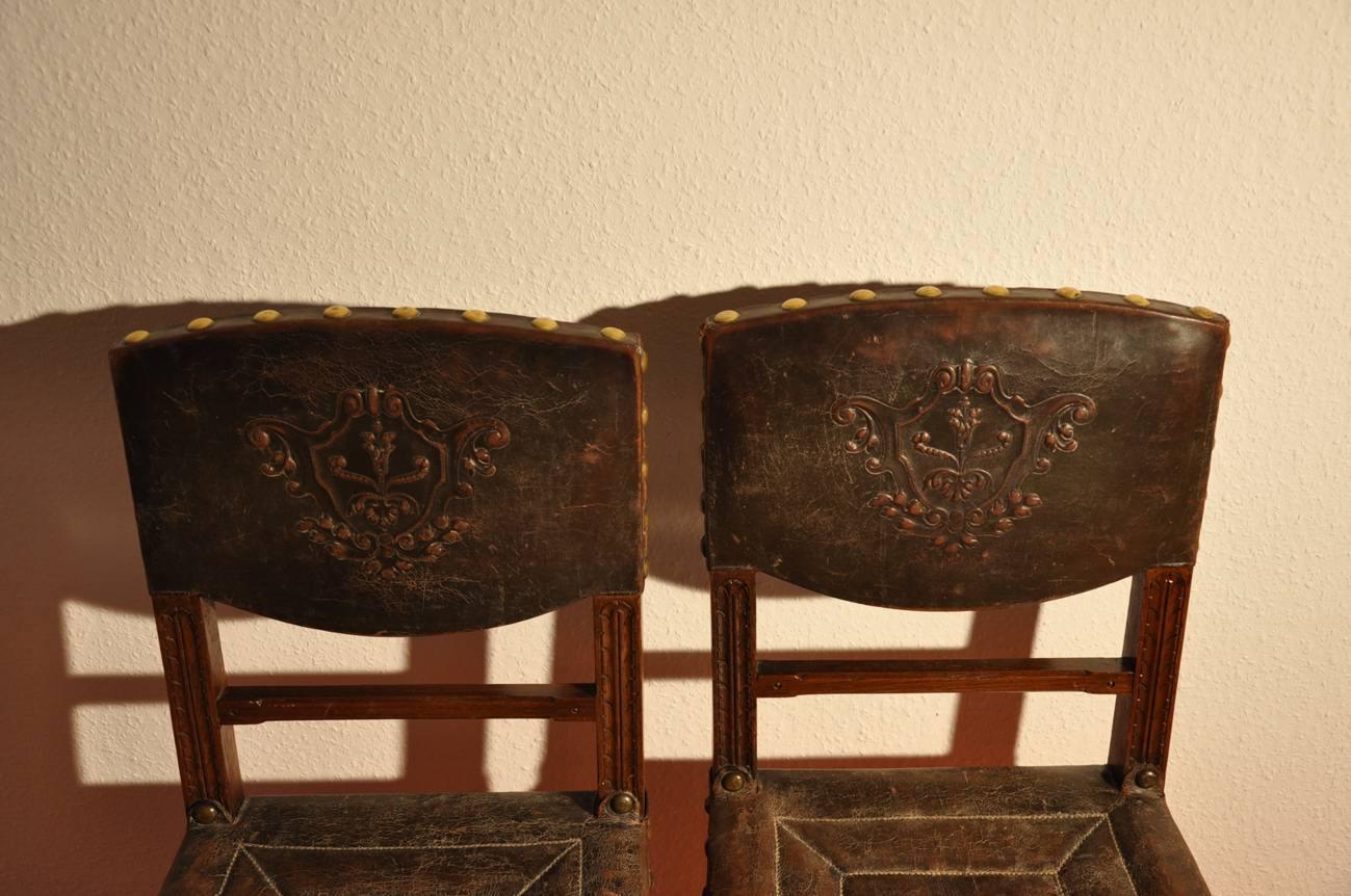 2 antike holz st hle mit wappen leder holz kusera. Black Bedroom Furniture Sets. Home Design Ideas