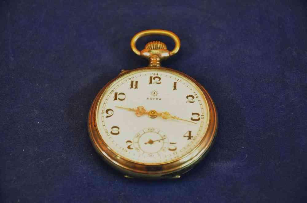 Top Marken. Die Uhr verfügt über ein Handaufzugswerk und Zifferblatt mit aufgesetzten Indexen.
