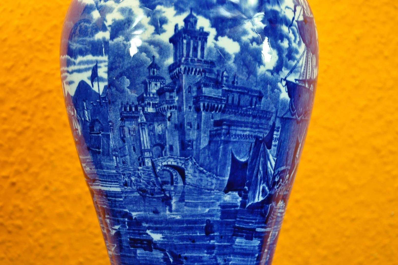 wedgwood ferrara vasen paar 37 cm blau weiss um 1900 kusera. Black Bedroom Furniture Sets. Home Design Ideas