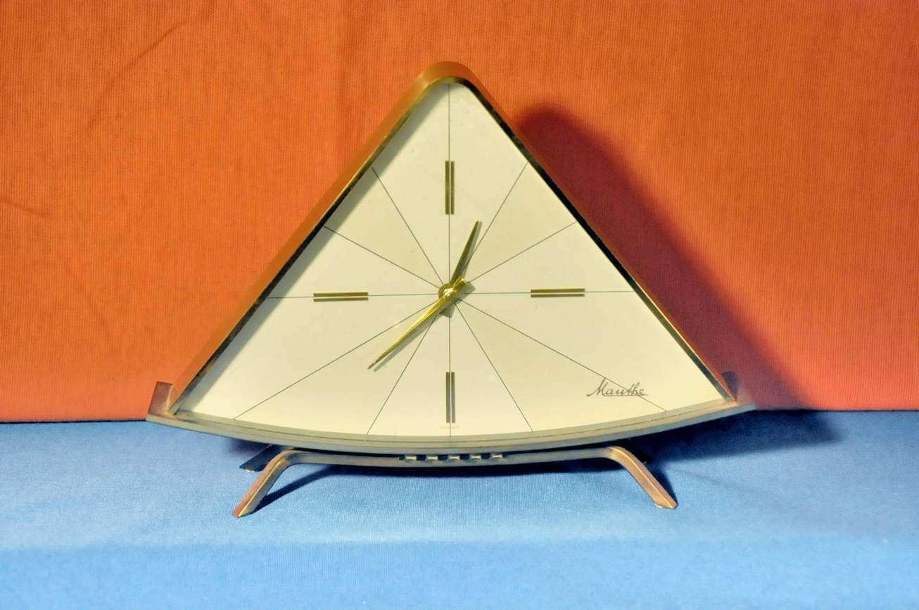 Design tischuhr dreickig von mauthe aus messing um 1950 for Design tischuhr